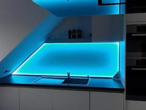Kuechenruckwand-Beleuchtet-Mit-Led-Glasvoit