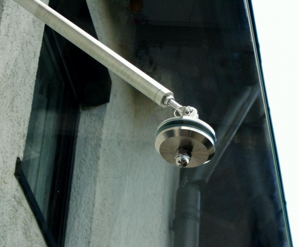 Glasvordach mit Zugstangenhalterung