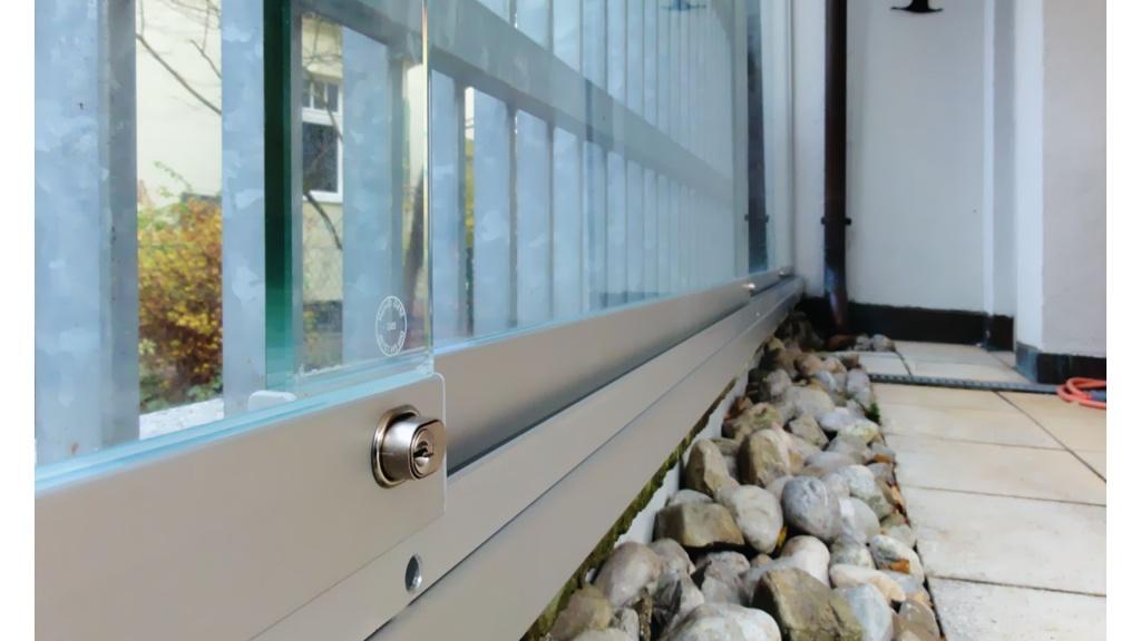 Glasschiebetür im Außenbereich, absperrbar