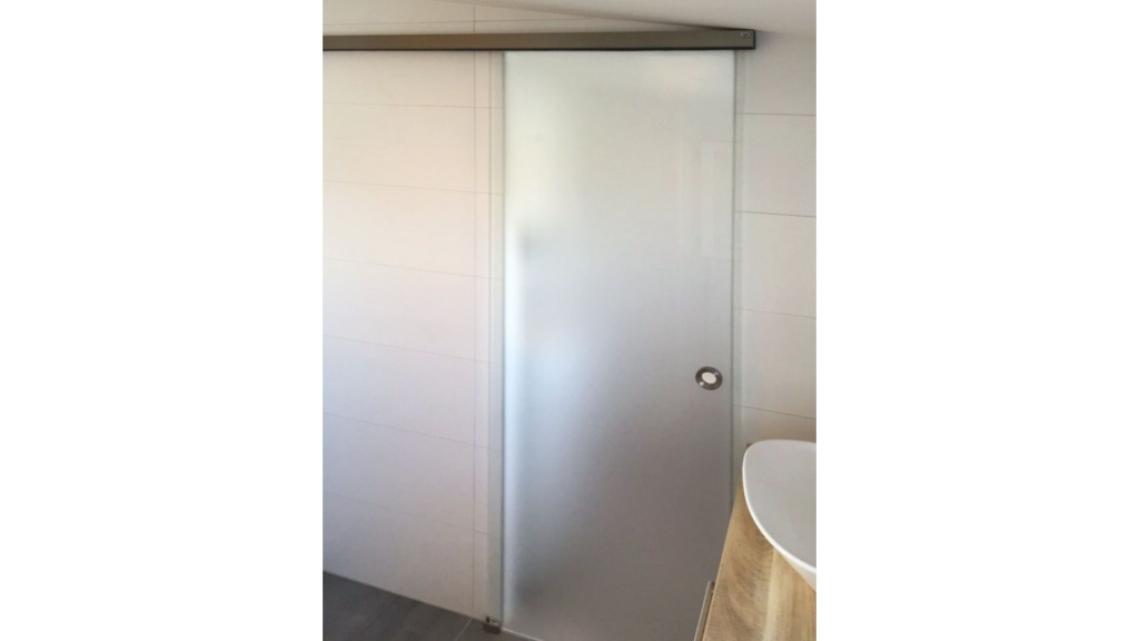 Badezimmerschiebetür aus Milchglas