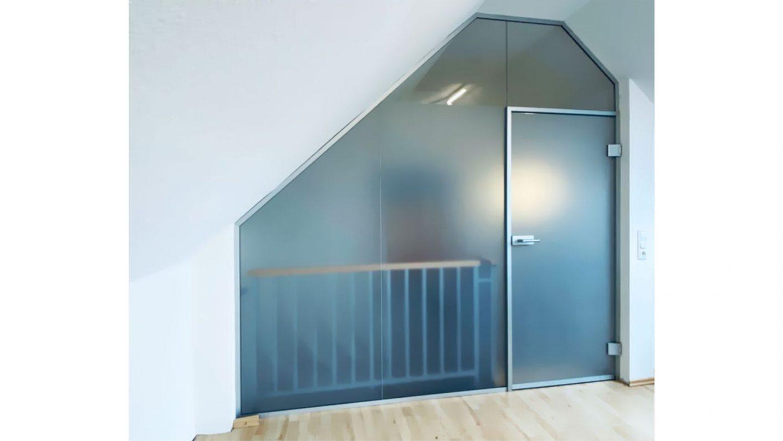Glas Trennwandsystem an Dachschräge angepasst