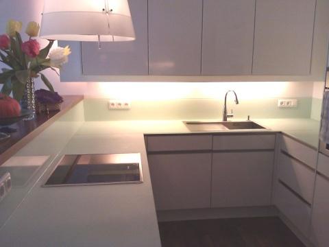 glasr ckwand als k chenr ckwand und f r duschenw nde. Black Bedroom Furniture Sets. Home Design Ideas