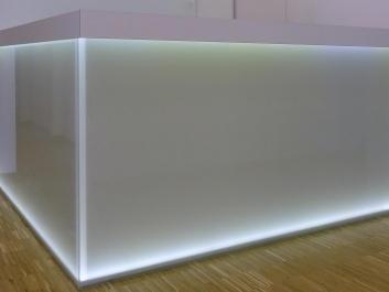 Beleuchtete-Glaswand-Nach-Maß-Glasvoit