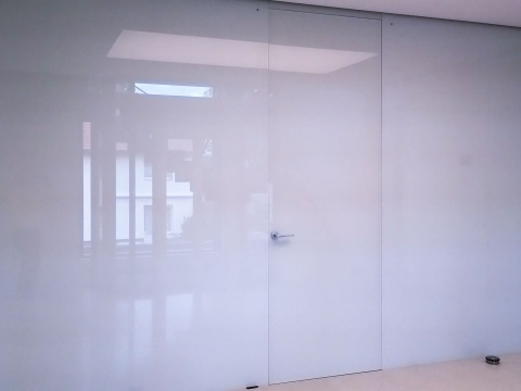 Glaswand-Mit-Tuere-Lackiert-Glas-Voit