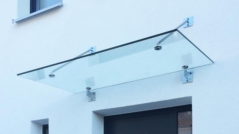 Glasdach über Eingangsbereich