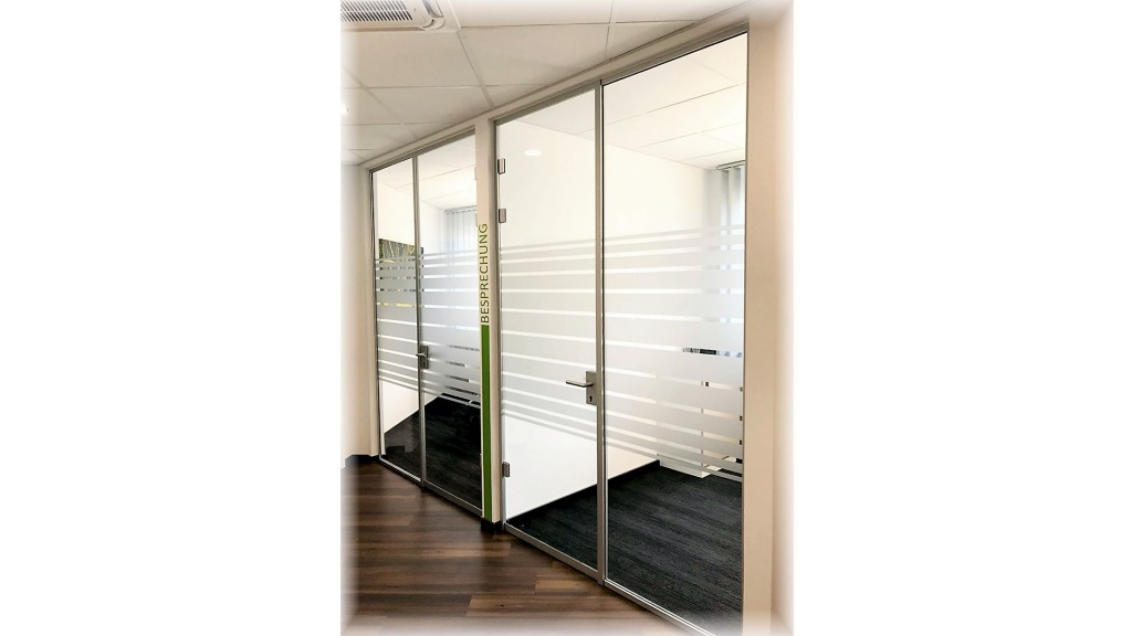 Glastüren mit feststehenden Seitenteil
