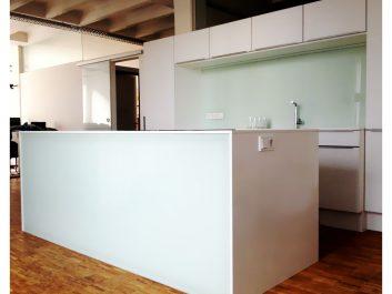 Verglaste Küchentheke Und Glasrückwand Als Spritzschutz