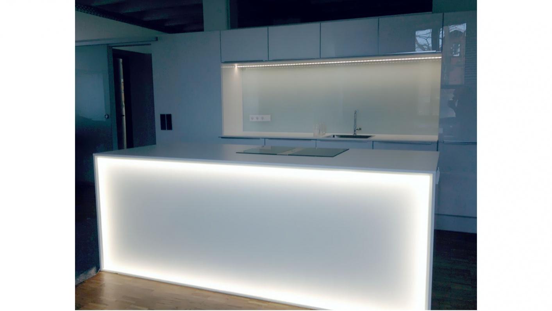 Glasrückwand und Küchentheke mit integrierter Beleuchtung