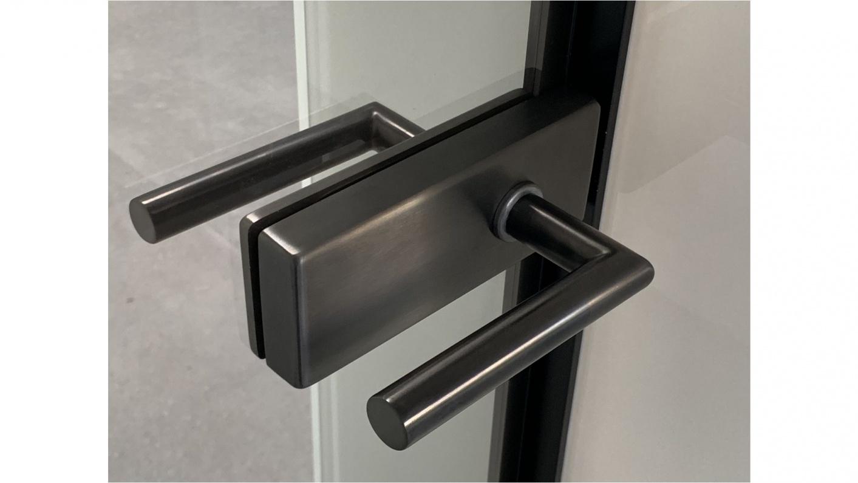 Ganz-Glastüre mit schwarzem Türgriff