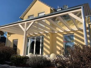 Terrassen-Glasüberdachung mit einem Holztragwerk