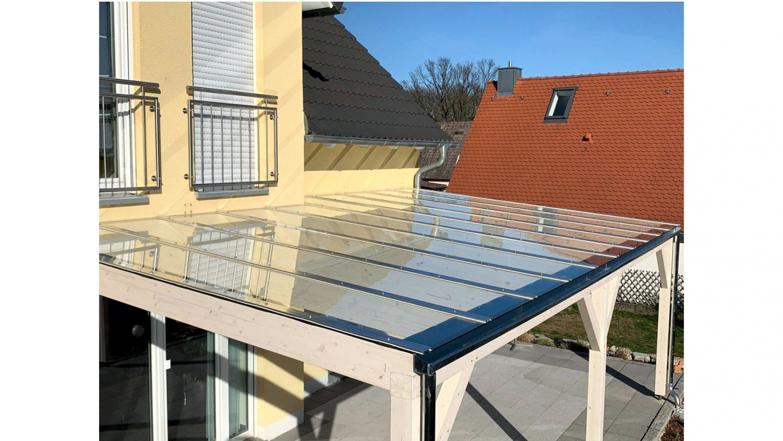 Glasüberdachung mit Holztragwerk