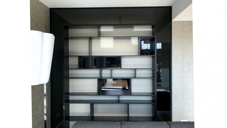 Glastrennwand mit integriertem Regal