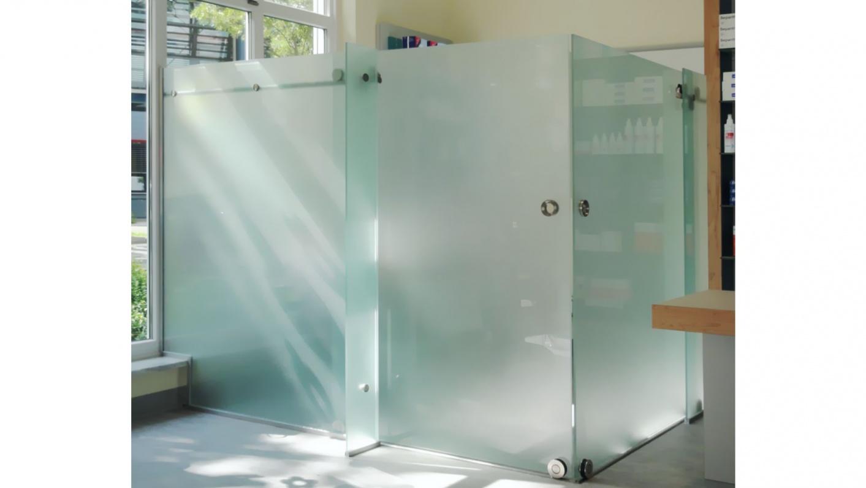Glastrennwand in einer Apotheke