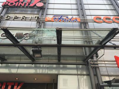 gebrochene Glasdachscheibe